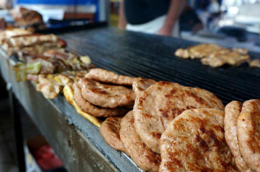 Плескавица— блюдо в виде круглой плоской котлеты. Популярный в Сербии стрит-фуд. Традиционная плескавица готовится из смеси говядины и свинины на гриле и подается горячей с гарниром (в Белграде), хлебом, сыром и т. д. Обязательно попробуйте!
