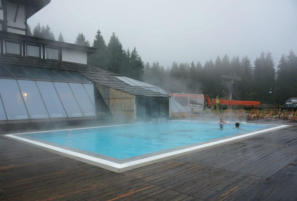 Открытый бассейн в отеле MK Mountain Resort - очень хорошая идея