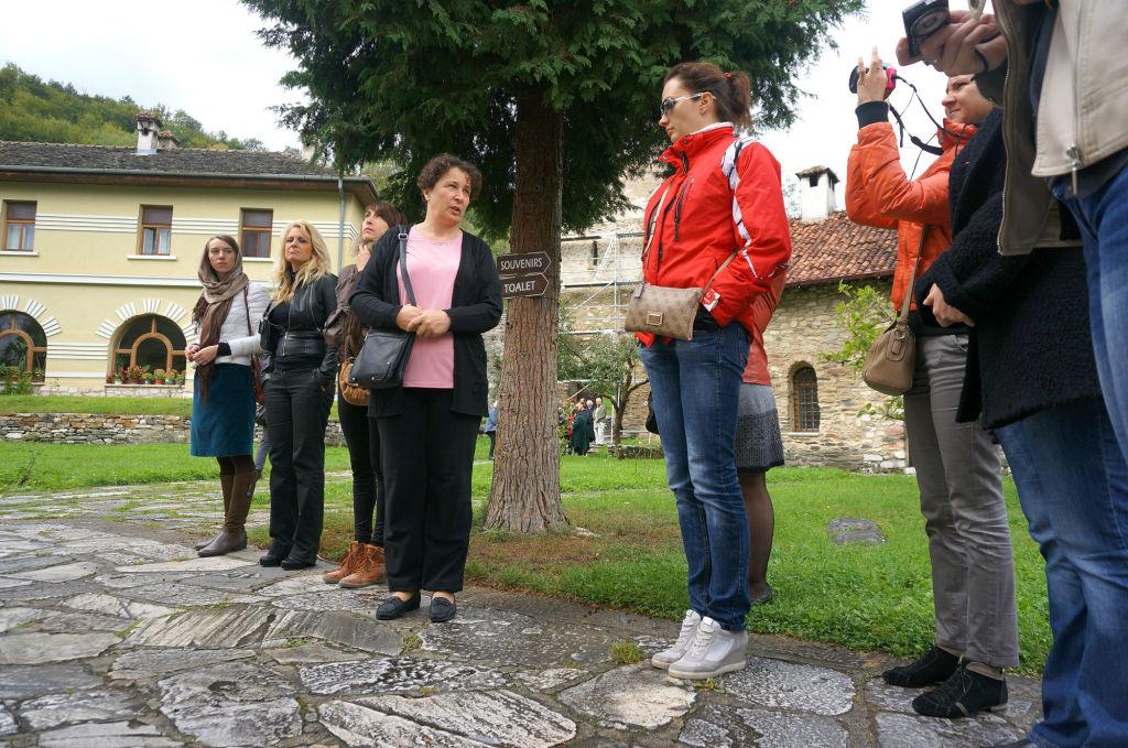 Экскурсовод Снежана Лукич (посередине на фото) рассказывает историю монастыря