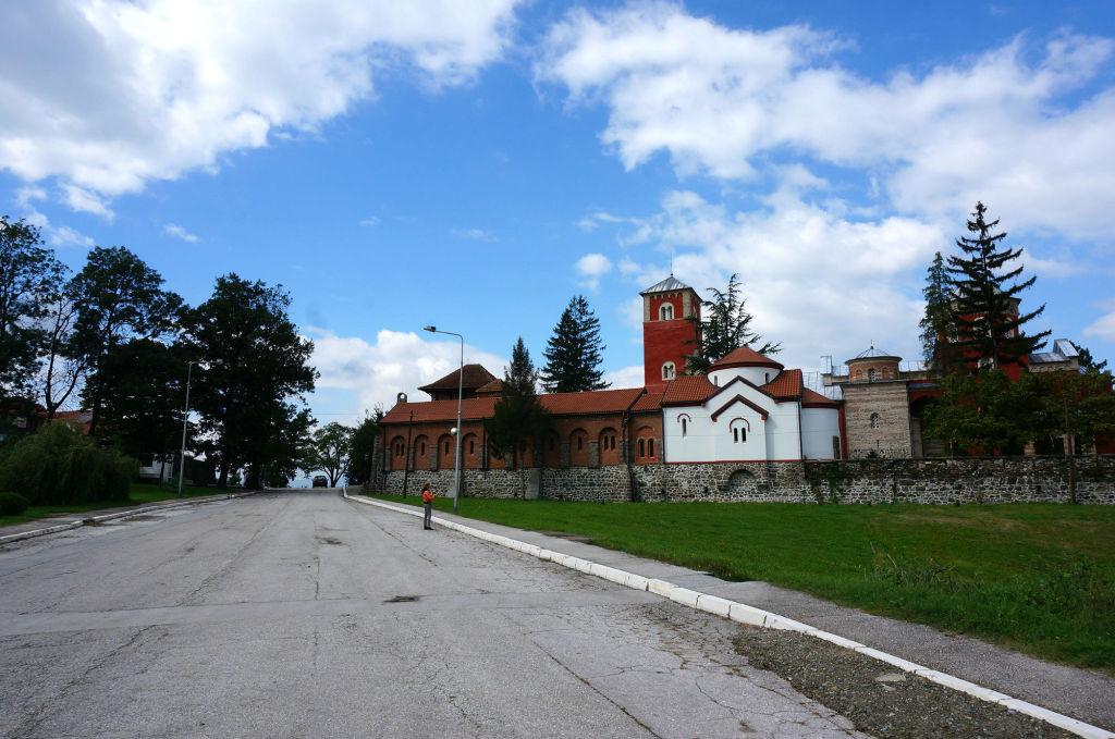 Общий вид на монастырь Жича