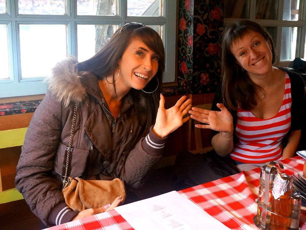 "в одном из ресторанчиков Дрвенграда. На фото слева направо: Елизавета Зотова (""ВЛП"") и Анастасия Шаткевич (Traveling.by)"