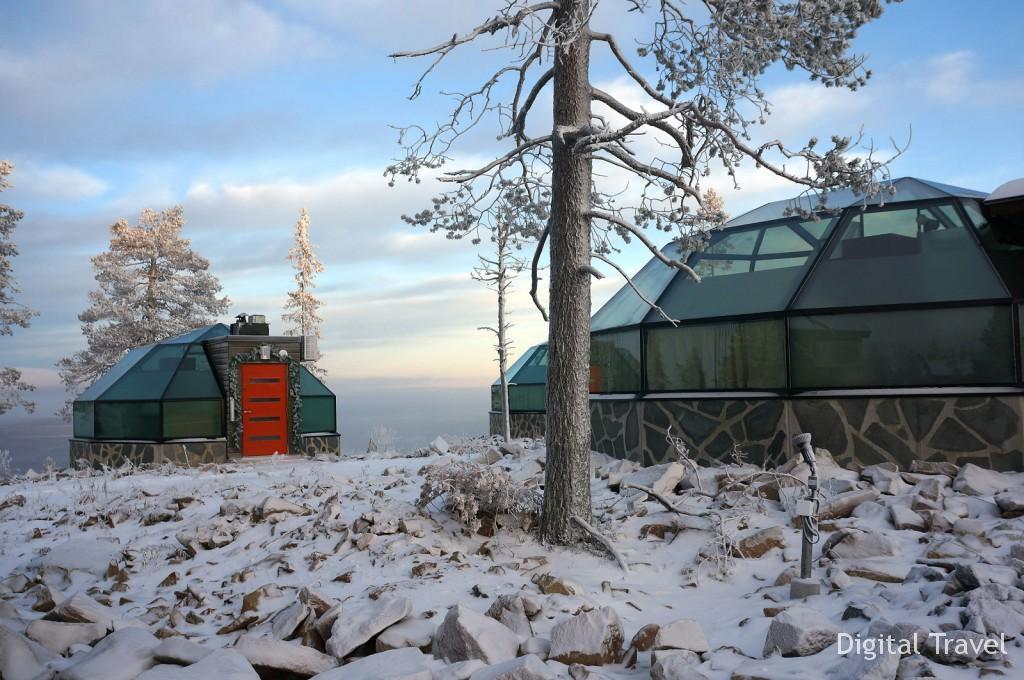 Знаменитые иглу на вершине горы, откуда удобнее всего наблюдать северное сияние