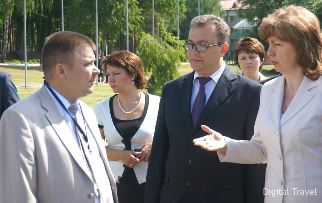 Вице-премьеру представили некоторые туристские товары белорусского производства.