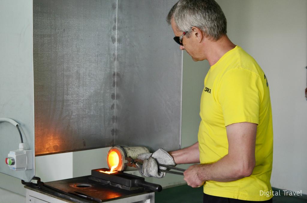 Так отливают золотые слитки. Температура плавления золота - около 100 градусов.