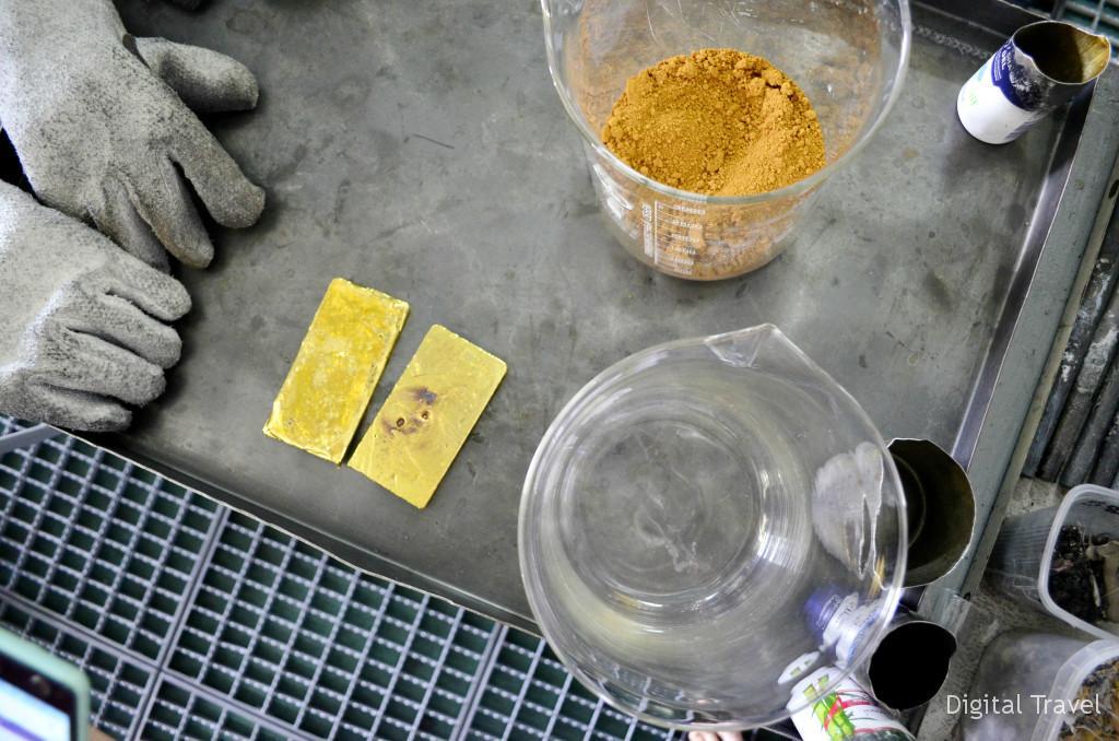 На фото выше - золотой песок, ниже - то, что из него получилось после плавления.