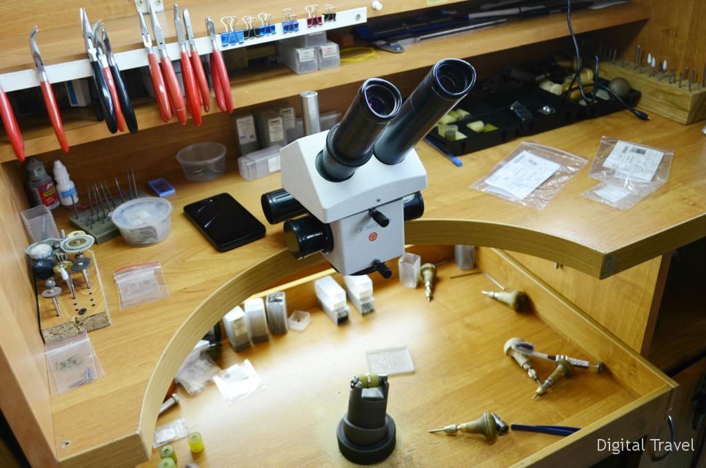 Некоторые детали настолько мелкие, что работать с ними можно только при помощи микроскопа.